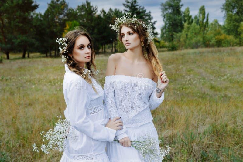 Δύο γυναίκες στα άσπρα φορέματα στοκ εικόνα με δικαίωμα ελεύθερης χρήσης
