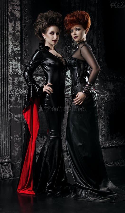 Δύο γυναίκες στα κοστούμια φετίχ στοκ εικόνες