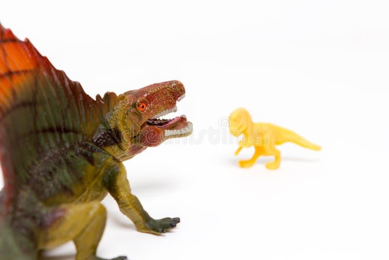 Δύο δεινόσαυροι παιχνιδιών σε ένα απομονωμένο άσπρο υπόβαθρο στοκ εικόνα με δικαίωμα ελεύθερης χρήσης