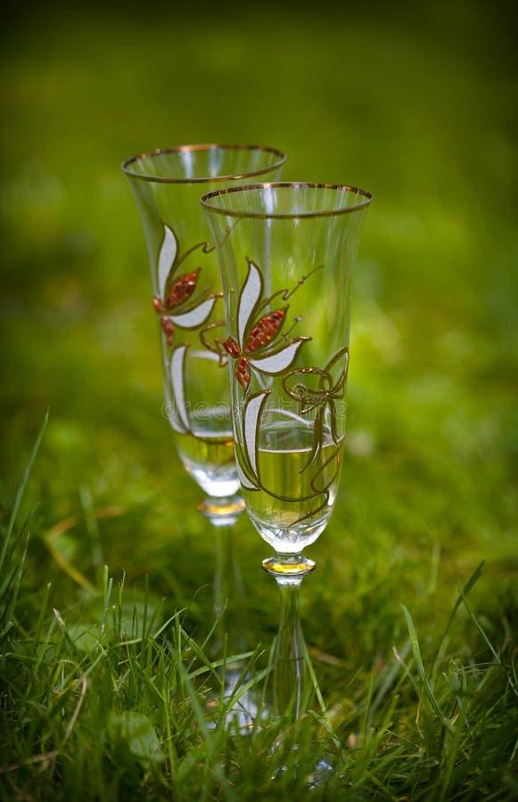Δύο διαφανή γυαλιά με τα διακοσμητικά σχέδια των λουλουδιών στοκ φωτογραφίες