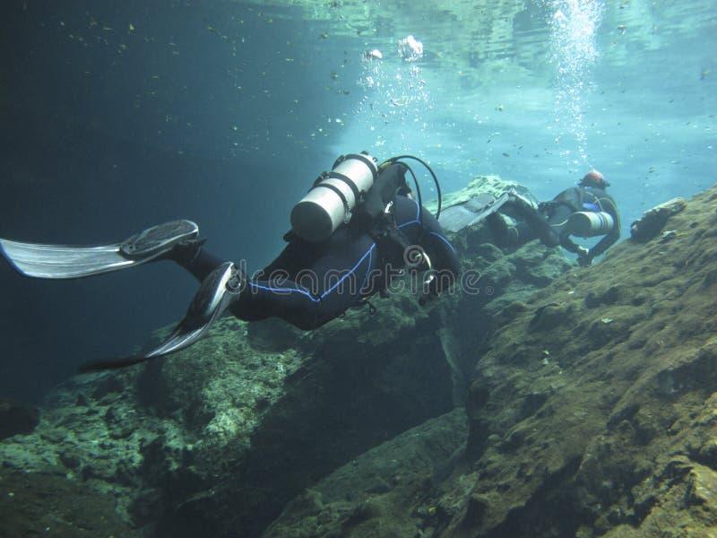 Δύο διαφορετικά ερευνώντας τα υποβρύχια cenotes στο Μεξικό στοκ εικόνες