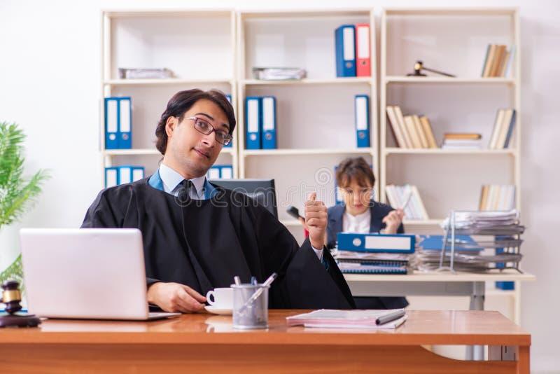 Δύο δικηγόροι που εργάζονται στο γραφείο στοκ εικόνα