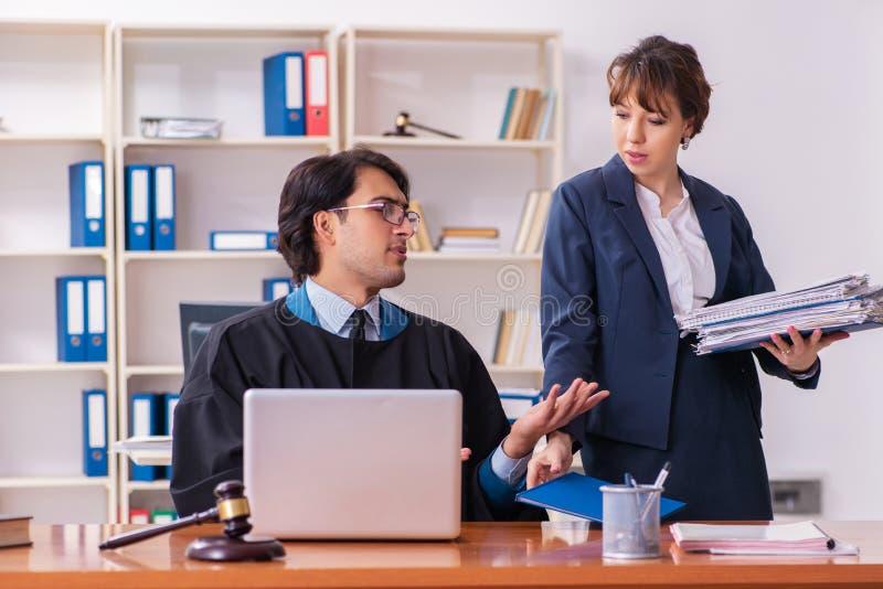 Δύο δικηγόροι που εργάζονται στο γραφείο στοκ εικόνα με δικαίωμα ελεύθερης χρήσης