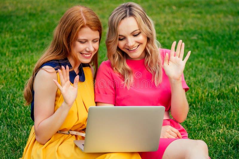 Δύο ενεργές φιλενάδες όμορφη νεαρή κοκκινομάλλα Ιρλανδή με κίτρινο φόρεμα και ευρωπαϊκή ξανθιά γυναίκα με στοκ εικόνα με δικαίωμα ελεύθερης χρήσης