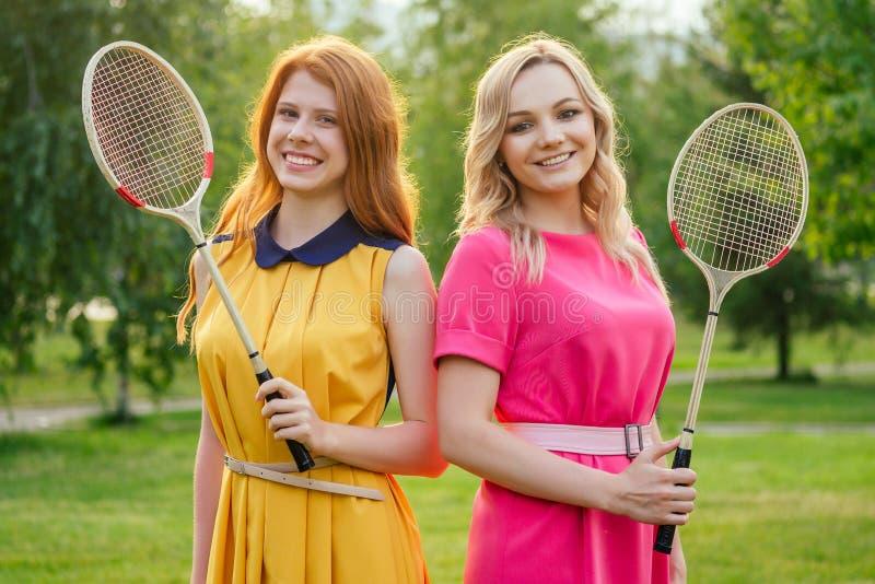 Δύο ενεργές χαρούμενες φιλενάδες όμορφη νεαρή κοκκινομάλλα κοκκινομάλλα κοπέλα με κίτρινο φόρεμα και ευρωπαϊκή ξανθιά γυναίκα με στοκ εικόνες με δικαίωμα ελεύθερης χρήσης