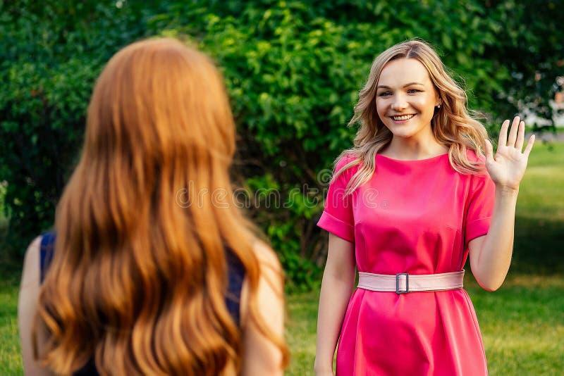 Δύο ενεργές χαρούμενες φιλενάδες όμορφη νεαρή κοκκινομάλλα κοκκινομάλλα κοπέλα με κίτρινο φόρεμα και ευρωπαϊκή ξανθιά γυναίκα με στοκ φωτογραφία με δικαίωμα ελεύθερης χρήσης