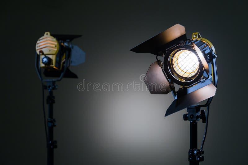 Δύο επίκεντρα αλόγονου με τους φακούς Fresnel Πυροβολισμός στο στούντιο ή στο εσωτερικό TV, κινηματογράφοι, φωτογραφίες στοκ φωτογραφία με δικαίωμα ελεύθερης χρήσης