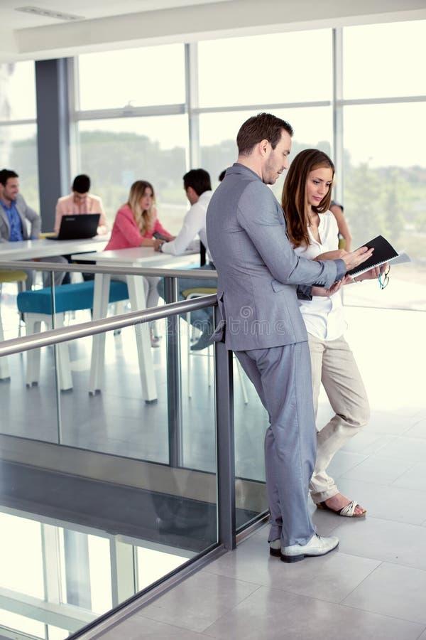 Δύο επιχειρηματίες που εξετάζουν μαζί τη γραφική εργασία στοκ φωτογραφίες
