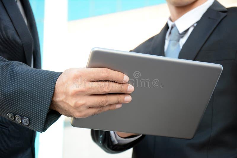 Δύο επιχειρηματίες που εξετάζουν τον υπολογιστή ταμπλετών στοκ φωτογραφίες με δικαίωμα ελεύθερης χρήσης