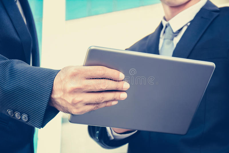 Δύο επιχειρηματίες που εξετάζουν το PC ταμπλετών, εκλεκτής ποιότητας τόνος στοκ φωτογραφίες με δικαίωμα ελεύθερης χρήσης