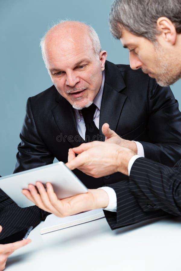 Δύο επιχειρηματίες που εργάζονται ομαδικά στοκ εικόνες με δικαίωμα ελεύθερης χρήσης