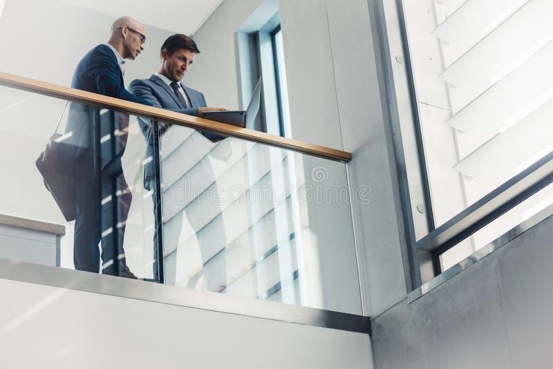 Δύο επιχειρηματίες που εργάζονται στο lap-top στοκ φωτογραφία