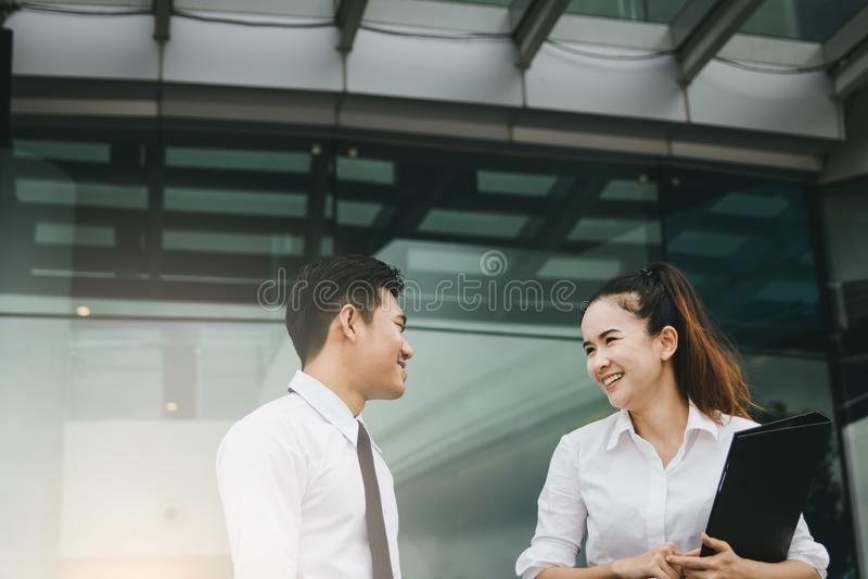 Δύο επιχειρηματίες που μιλούν μαζί στο κτίριο γραφείων στοκ φωτογραφίες με δικαίωμα ελεύθερης χρήσης