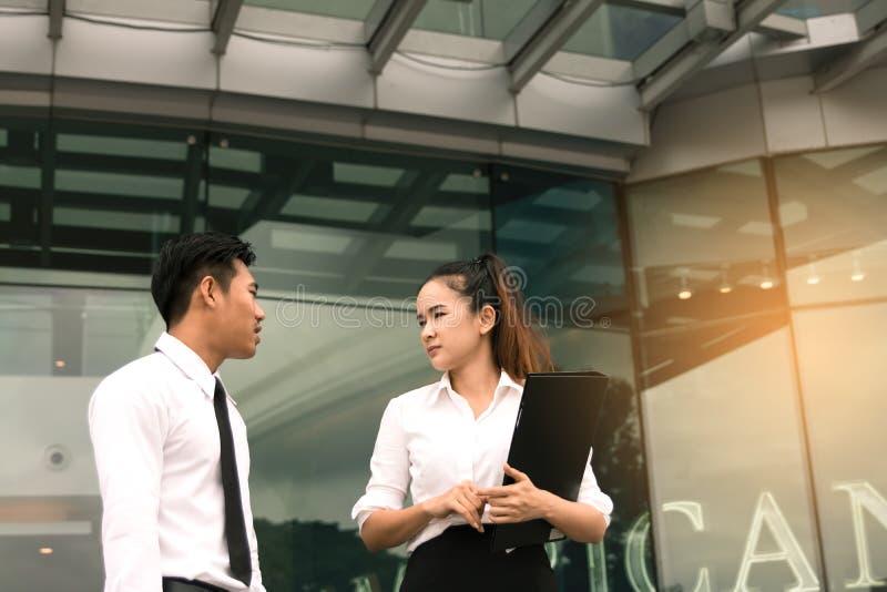 Δύο επιχειρηματίες που μιλούν μαζί στο κτίριο γραφείων στοκ εικόνες