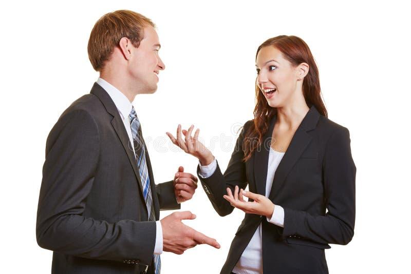 Δύο επιχειρηματίες που μιλούν σε κάθε ένας στοκ εικόνα με δικαίωμα ελεύθερης χρήσης