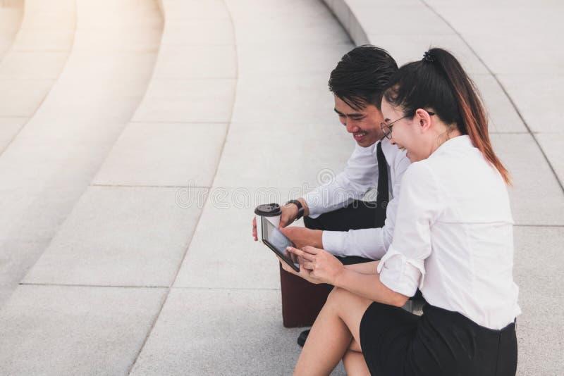 Δύο επιχειρηματίες που χρησιμοποιούν την ψηφιακή ταμπλέτα στο εξωτερικό επιχειρησιακό γραφείο από κοινού στοκ εικόνες με δικαίωμα ελεύθερης χρήσης
