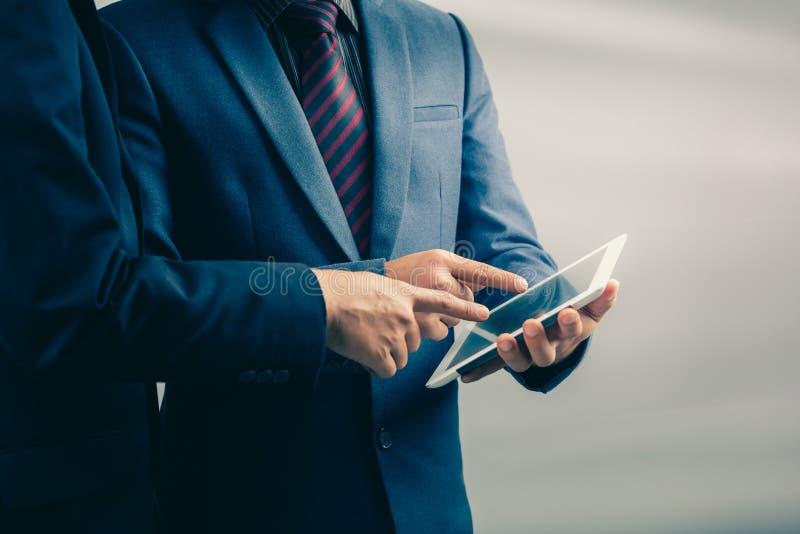 Δύο επιχειρηματίες που χρησιμοποιούν το ταμπλέτα-PC στοκ φωτογραφίες με δικαίωμα ελεύθερης χρήσης