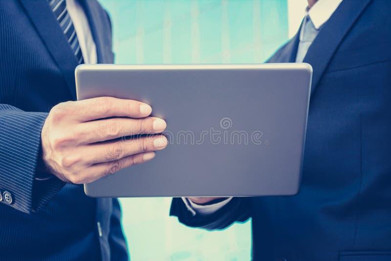 Δύο επιχειρηματίες που χρησιμοποιούν το PC ταμπλετών στοκ φωτογραφία