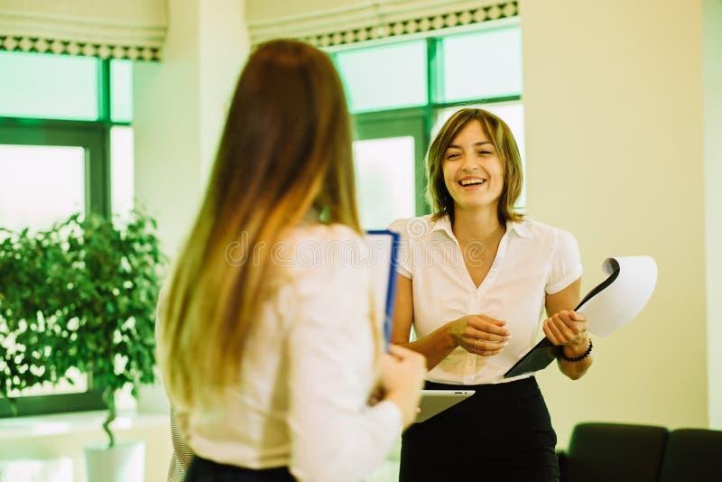 Δύο επιχειρηματίες στο γραφείο που συζητά το επιχειρηματικό σχέδιο στοκ φωτογραφία