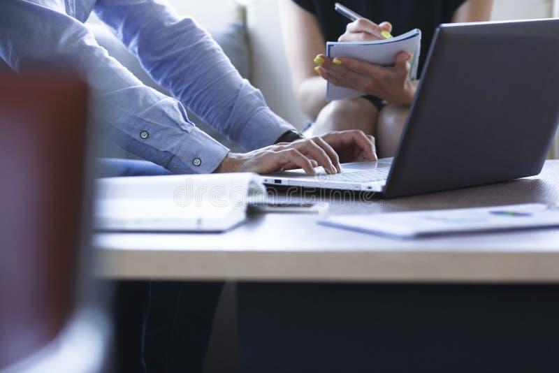 Δύο επιχειρηματίες συγκρίνουν τις πληροφορίες στοκ εικόνα