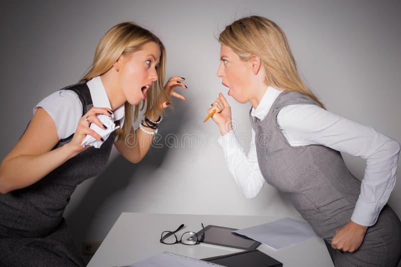 Δύο επιχειρησιακές κυρίες που έχουν μια πάλη στοκ εικόνα με δικαίωμα ελεύθερης χρήσης