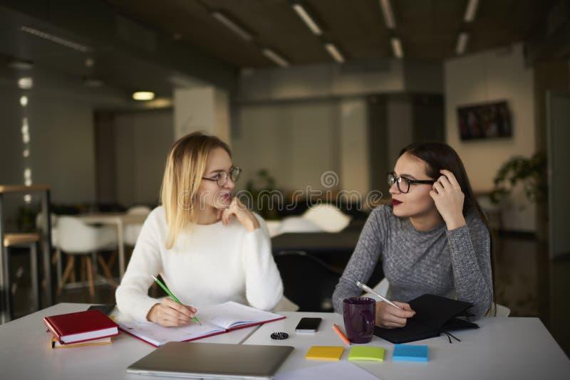 Δύο επιχειρησιακοί συνάδελφοι λύνουν τους στόχους εργασίας τους στοκ φωτογραφίες