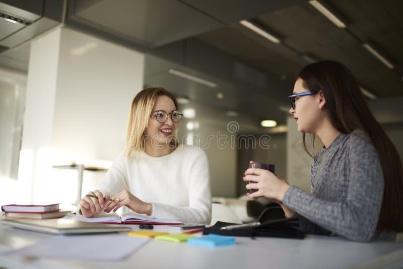 Δύο επιχειρησιακοί συνάδελφοι λύνουν τους στόχους εργασίας τους στοκ εικόνα με δικαίωμα ελεύθερης χρήσης