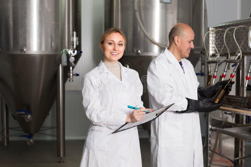 Δύο εργαζόμενοι στο εργοστάσιο ζυθοποιείων στοκ εικόνες με δικαίωμα ελεύθερης χρήσης