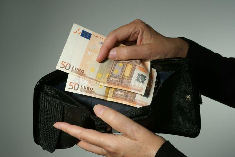 Δύο 50 ευρο- τραπεζογραμμάτια που αφήνονται σε ένα πορτοφόλι στοκ εικόνες με δικαίωμα ελεύθερης χρήσης