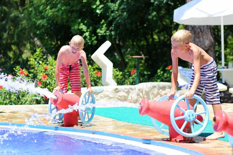 Δύο ευτυχείς αδελφοί που έχουν τη διασκέδαση στο πάρκο aqua στοκ φωτογραφία με δικαίωμα ελεύθερης χρήσης
