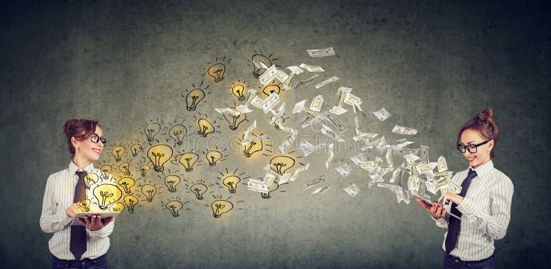 Δύο ευτυχείς επιχειρηματίες που φαίνονται ανταλλάσσοντας τις λαμπρές ιδέες για τα χρήματα στοκ εικόνες με δικαίωμα ελεύθερης χρήσης