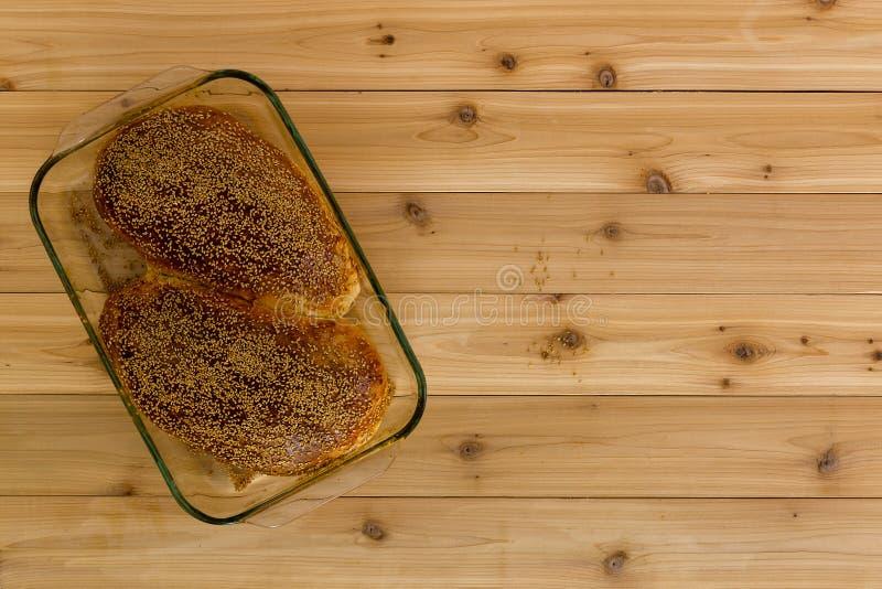 Δύο εύγευστα σπιτικά wholegrain κουλούρια ψωμιού στοκ εικόνες