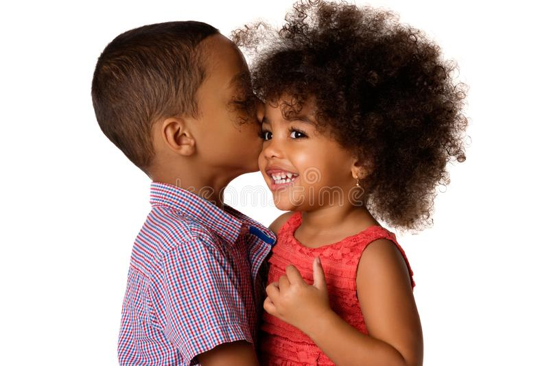 Δύο εύθυμοι αμφιθαλείς αφροαμερικάνων, αδελφός που φιλούν την αδελφή του, που απομονώνεται στοκ εικόνες με δικαίωμα ελεύθερης χρήσης