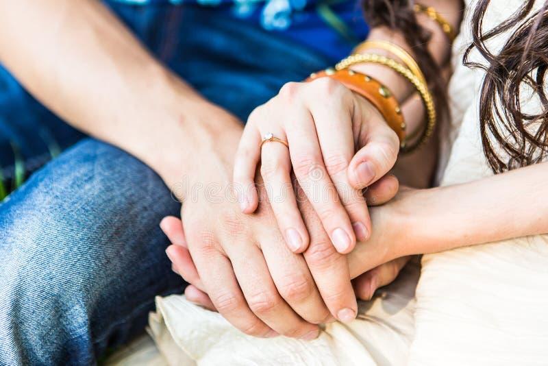 Δύο ζευγάρια της αφής χεριών στοκ φωτογραφία με δικαίωμα ελεύθερης χρήσης