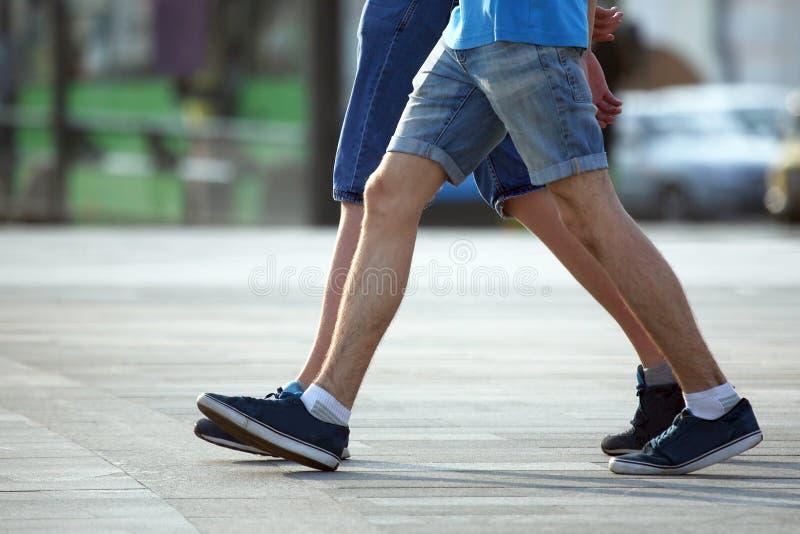 Δύο ζευγάρια των ποδιών που περπατούν μαζί τα άτομα στοκ φωτογραφία με δικαίωμα ελεύθερης χρήσης