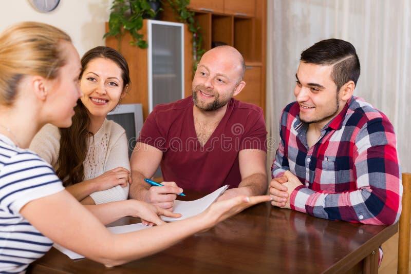 Δύο ζεύγη που συζητούν και που χαμογελούν στοκ φωτογραφία με δικαίωμα ελεύθερης χρήσης