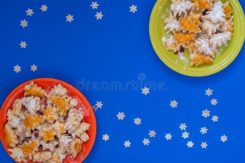 Δύο ζωηρόχρωμα πιάτα με τα μπισκότα υπό μορφή χριστουγεννιάτικων δέντρων στοκ φωτογραφίες