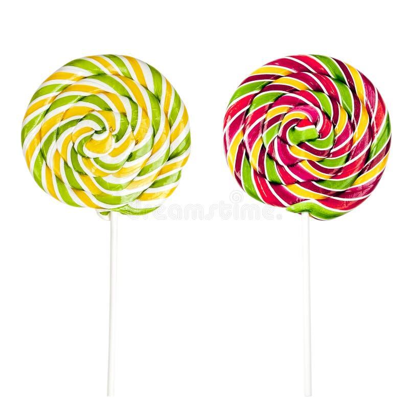 Δύο ζωηρόχρωμα lollipops που απομονώνονται στο άσπρο υπόβαθρο στοκ εικόνες