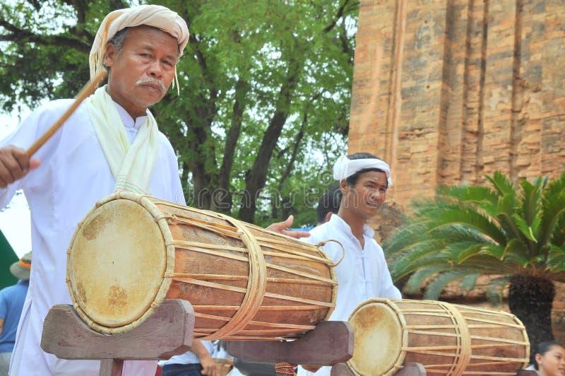 Δύο ηληκιωμένοι εκτελούν την παραδοσιακή τεχνική τυμπάνων champa στο Po Nagar ναό σε Nha Trang στοκ φωτογραφία με δικαίωμα ελεύθερης χρήσης