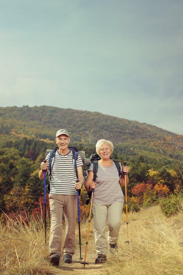 Δύο ηλικιωμένοι οδοιπόροι που περπατούν έξω στοκ εικόνες