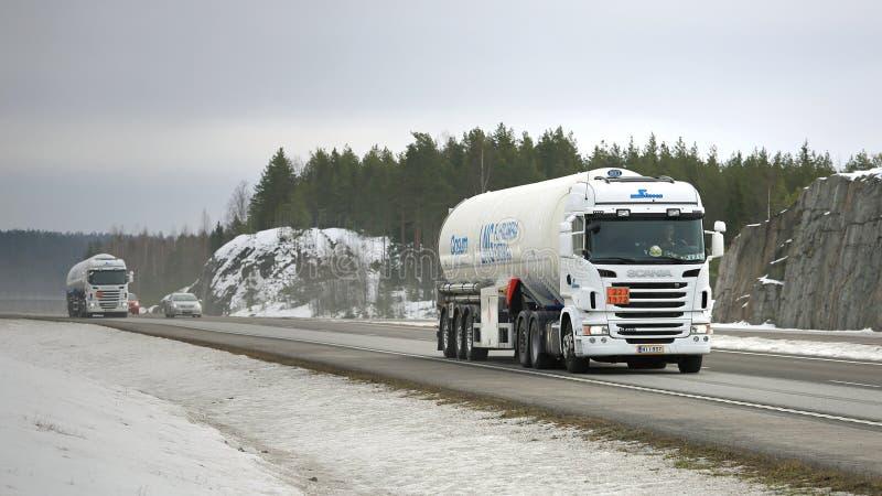 Δύο ημι φορτηγά δεξαμενών Scania στην έλξη ADR στοκ εικόνες με δικαίωμα ελεύθερης χρήσης