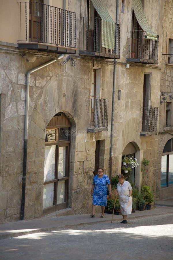 Δύο ηλικιωμένες γυναίκες που περπατούν στο χωριό Solsona, καταλωνία, Ισπανία στοκ εικόνες