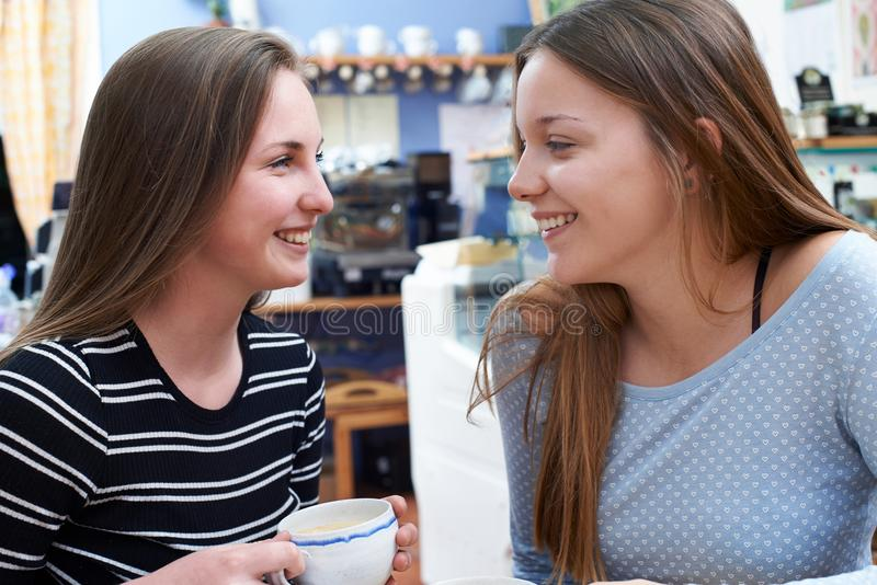 Δύο θηλυκοί εφηβικοί φίλοι που συναντιούνται στον καφέ στοκ φωτογραφίες με δικαίωμα ελεύθερης χρήσης