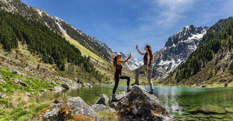 Δύο θηλυκοί φίλοι που γιορτάζουν υψηλούς πέντε στοκ εικόνες