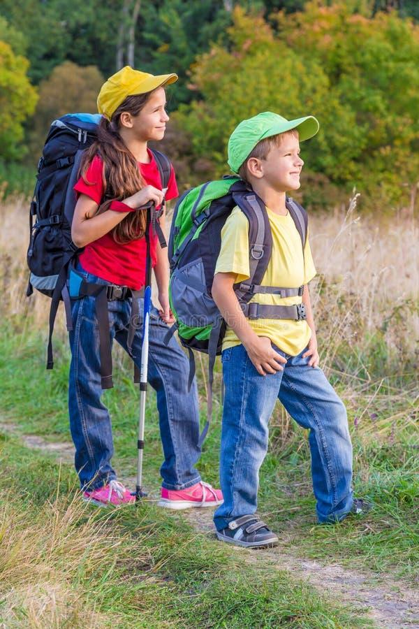 Δύο διακινούμενα παιδιά με τα σακίδια πλάτης στοκ φωτογραφία