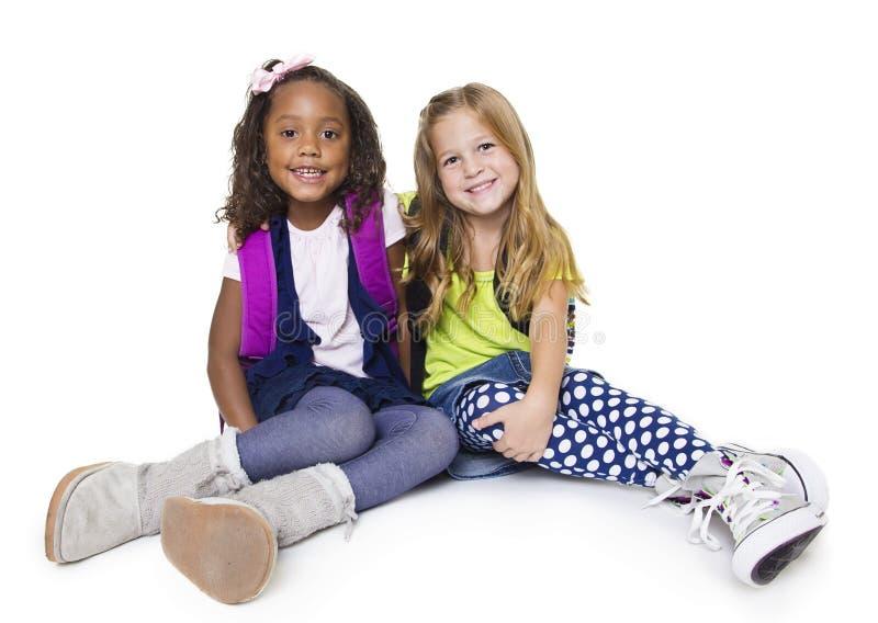 Δύο διαφορετικά μικρά παιδιά σχολείου που απομονώνονται στο whi στοκ φωτογραφία με δικαίωμα ελεύθερης χρήσης
