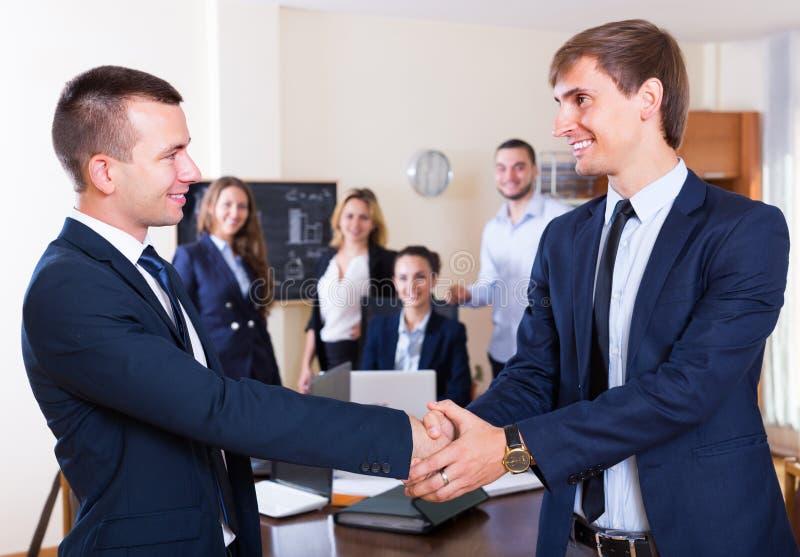 Δύο διευθυντές που τινάζουν τα χέρια μετά από τη διαπραγμάτευση στοκ φωτογραφίες