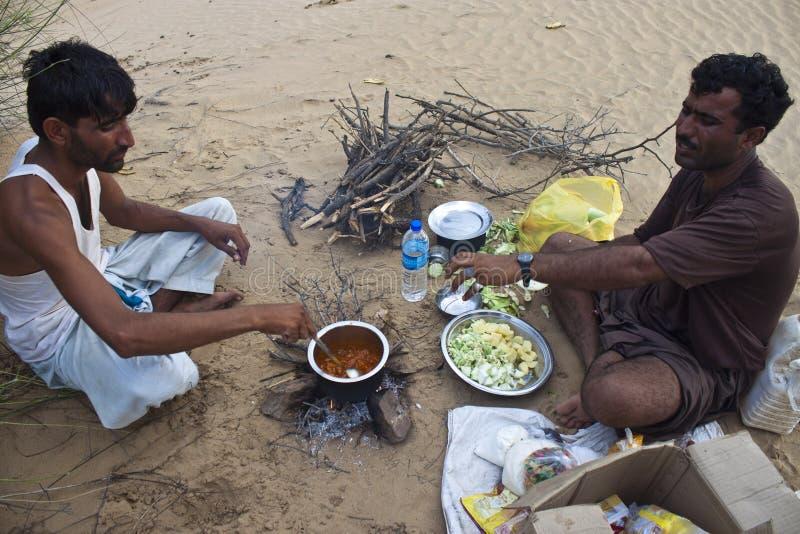 Δύο ινδικά άτομα μαγειρεύουν τα τοπικά γεύματα στοκ εικόνες