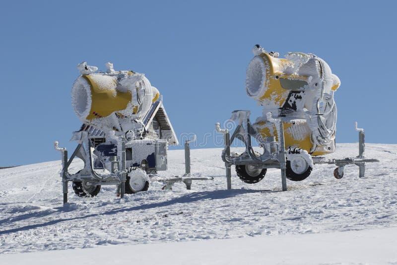 Δύο κίτρινα πυροβόλα όπλα χιονιού στοκ εικόνες