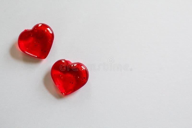 Δύο καθαρίζουν τις κόκκινες καρδιές σε ένα άσπρο υπόβαθρο για την ημέρα του βαλεντίνου, γάμος, δέσμευση στοκ φωτογραφίες με δικαίωμα ελεύθερης χρήσης